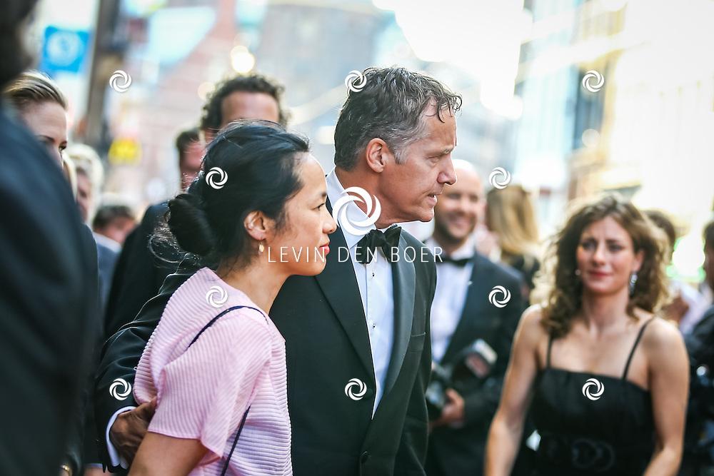 AMSTERDAM - De Nederlandse premiere van Elle, de nieuwste film van regisseur Paul Verhoeven. Met hier Thom Hoffman en partner Giam Kwee op de rode loper. FOTO LEVIN & PAULA PHOTOGRAPHY