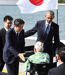 "US-Präsident Barack Obama und Japans Premier Shinzo Abe beim Gedenken an die Opfer des japanischen Angriffs auf Pearl Harbor vor 75 Jahren / 271216<br /> <br /> <br /> <br /> ***After giving a speech at Pearl Harbor in Hawaii on Dec. 27, 2016, Japanese Prime Minister Shinzo Abe reaches out to shake hands with a U.S. veteran who survived the Japanese attack there in 1941. In the speech, Abe offered his ""sincere and everlasting condolences"" for those who died in the attack. On the right is U.S. President Barack Obama.***"