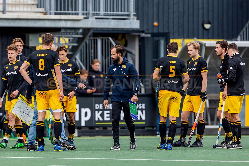 DEN BOSCH -  Hockey TULP Hoofdklasse Heren: Den Bosch v Amsterdam (5-1), seizoen 2020-2021.<br /> Foto: Teambespreking Den Bosch met assistent-trainer Simon van der Loo en trainer/coach Eric Verboom