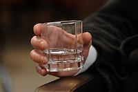 15 JAN 2007, BERLIN/GERMANY:<br /> Hand mit Wasserglas, Thilo Sarrazin, Senator fuer Finanzen Berlin, waehrend einem Interview, in seinem Buero, Senatsverwaltung fuer Finanzen<br /> IMAGE: 20070115-01-014