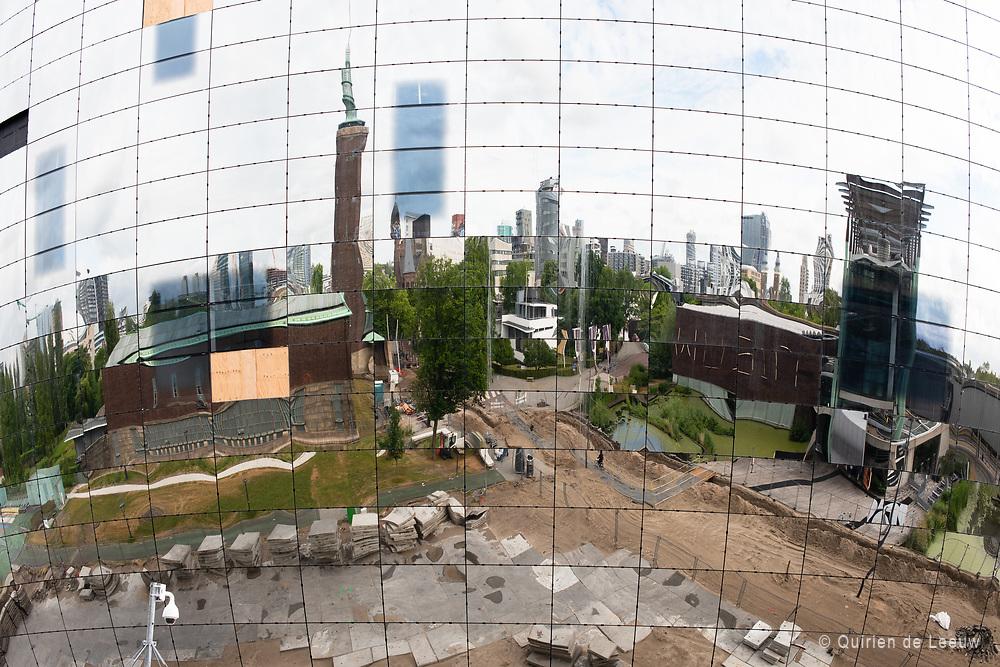 Het nieuwe kunstdepot de 'bloempot' van Museum Boijmans Van Beuningen in Rotterdam. De skyline van Rotterdam weerspiegelt in de ramen van het gebouw.