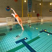 NLD/Naarden/20130415 - Aftrap Album Top 1000 2013, start swimoff zwemster Marit van Steenbergen