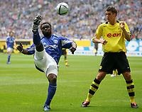 Fotball<br /> Bundesliga Tyskland 2004/2005<br /> Foto: Witters/Digitalsport<br /> NORWAY ONLY<br /> <br /> v.l.Gerald ASAMOAH , Sebastian KEHL Dortmund<br /> Bundesliga FC Schalke 04 - Borussia Dortmund