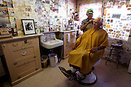 """US-SELIGMAN: Hairdresser Angel Delgadillo, co-founder of the """"Historic Route 66"""" working in his salon. PHOTO GERRIT DE HEUS"""