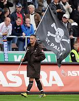 Fotball<br /> Tyskland<br /> 19.09.2010<br /> Foto: Witters/Digitalsport<br /> NORWAY ONLY<br /> <br /> Deniz Naki (St. Pauli) mit St. Pauli Fahne nach dem Spiel<br /> Bundesliga, FC St. Pauli - Hamburger SV 1:1