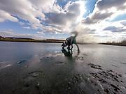 """English Setter """"Rudy"""" läuft am 10.03. 2018 über seinen gefrorenen Teich in Stara Lysa, (Tschechische Republik).  Rudy wurde Anfang Januar 2017 geboren und ist vor ungefähr einem Jahr zu seiner neuen Familie umgezogen."""