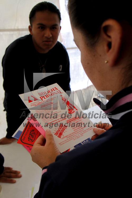 METEPEC, México.- Más de 3000 vacantes fueron ofertadas en la Octava Feria del Empleo de Metepec, en donde alrededor de 90 empresas se dieron cita para buscar personal, la gente del municipio a temprana hora se dio cita para conocer las ofertas de empleo del lugar. Agencia MVT / Crisanta Espinosa. (DIGITAL)