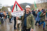 DEU, Deutschland, Germany, Berlin, 29.03.2019: Ein Bauarbeiter bei der Demonstration von Schülern unter dem Motto Fridays for Future für eine bessere Klimaschutz-Politik.