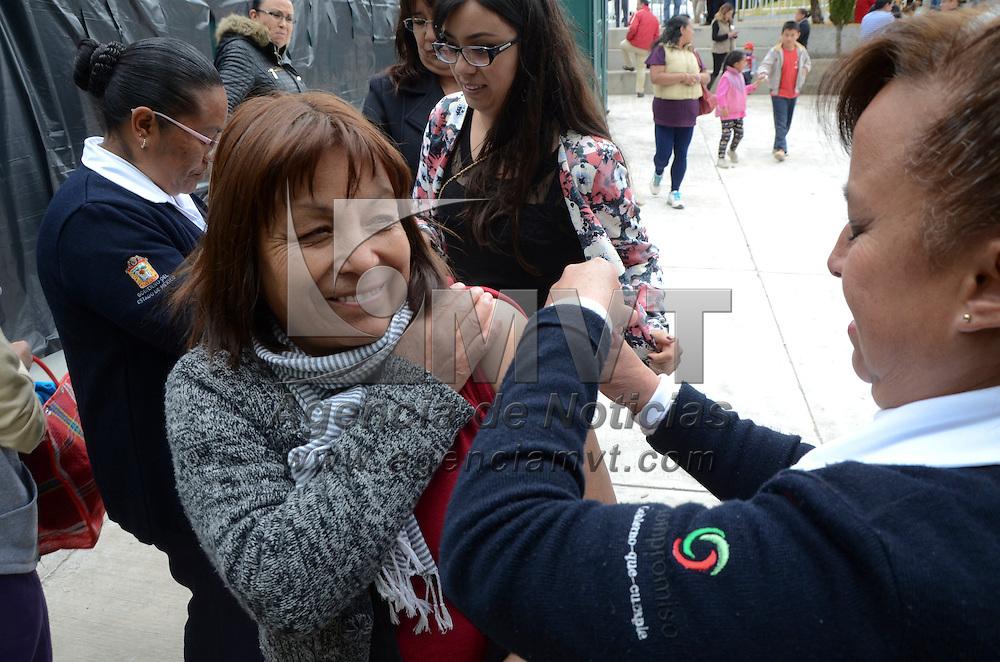 Atlacomulco, México (Octubre 27, 2016).- La Secretaria de Salud llevó a cabo una campaña de vacunación contra la Influenza en el municipio de Atlacomulco.  Agencia MVT / José Hernández