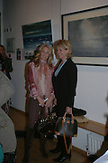 Arabella Leatham and her mother Lady Victoria Leatham. A Celebration of Light.- Exhibition of work by George Lewis. Air Gallery. Dover St.  London.  London. 4 October 2005. . ONE TIME USE ONLY - DO NOT ARCHIVE © Copyright Photograph by Dafydd Jones 66 Stockwell Park Rd. London SW9 0DA Tel 020 7733 0108 www.dafjones.com