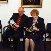 Uitreiking boekje over de 2de wereldoorlog door burgemeester Verdier uit Huizen aan schoolkinderen groep 7 + 8, wethouder Kolk en Metz lezend