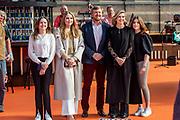 DEN HAAG, 27-04-2021, Paleis Noordeinde<br /> <br /> Vanaf het terrein van Paleis Noordeinde sluiten The Streamers Koningsdag feestelijk af. Op het binnenplein van het Koninklijk Staldepartement geven The Streamers het tweede concert van hun 'Holland Tour'. Foto: Brunopress/Patrick van Emst<br /> <br /> King Willem-Alexander, Queen Maxima with their daughters Princess Amalia, Princess Alexia and Princess Ariane during King's Day 2021<br /> <br /> Op de foto: Koning Willem-Alexander, Koningin Maxima met hun dochters Prinses Amalia, Prinses Alexia en Prinses Ariane