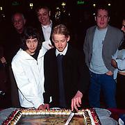 Premiere Missing Link, aansnijden taart Lotte van der Laan, Nick van Buiten, onbekend, Thomas Acda en Tamar van den Dop vlnr