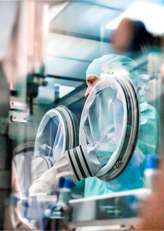 Technicienne dans un laboratoire de Sanofi-Pasteur au Val-de-Reuil.<br /> Technician in a Sanofi-Pasteur laboratory in Val-de-Reuil.