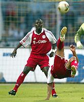 Fotball<br /> Sesongoppkjøring Bundesliga 2003/2004<br /> 22.07.2003<br /> Bayern München v Hamburger SV<br /> Foto: Uwe Speck, Digitalsport<br /> <br /> Sammy KUFFOUR , Giovane ELBER Bayern <br /> <br /> NORWAY ONLY