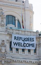 """THEMENBILD - Ein """"Refugees Welcome""""-Plakat am Rathaus. Die Stadt Madrid ist eine der größten Metropolen in Europa. Sie liegt im Zentrum der iberischen Halbinsel und ist Hauptstadt von Spanien. Aufgenommen am 25.03.2016 in Madrid ist Spanien // Madrid is on of the biggest metropolis in Europe. It is located in the center of the Iberian Peninsula and is the capital of Spain. Spain on 2016/03/25. EXPA Pictures © 2016, PhotoCredit: EXPA/ Jakob Gruber"""