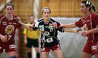 Håndball - 8  februar  2006 , Lunnerhallen  , Eliteserien, kvinner ,   Lunner  v  Gjerpen ( 23-42)<br /> <br /> Lise Løke , Gjerpen ble passet godt på av  Christina Ekeren (hs) og  Elisabeth Naustdal , Lunner ,