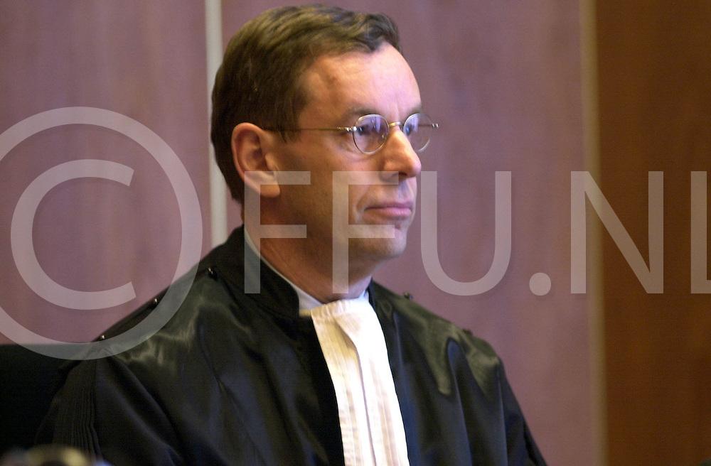Fotografie Frank Uijlenbroek©2001/michiel van de velde.010327 zwolle ned.fu010327_05.rechtszaak rond de zaak maartje piek waar de uitslag werd gegeven door de heer bosch de rechter van de zaak