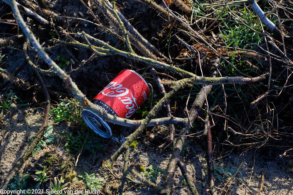 Zwerfafval in de natuur.   Litter in nature.