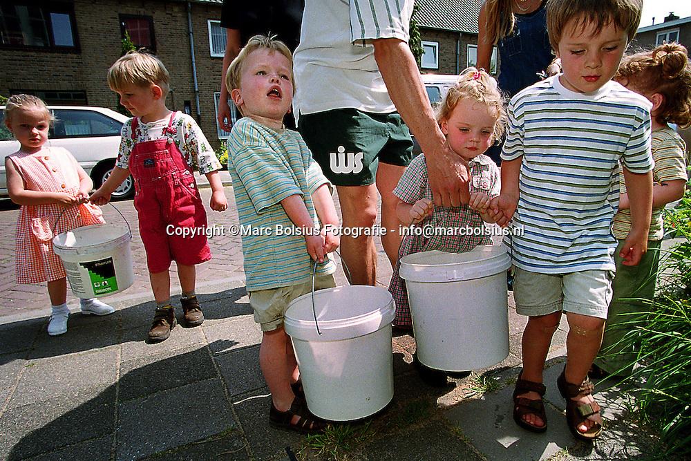 DEN BOSCH,KLEUTERS BRACHTEN HUN EIGEN WATER IN EMMERTJES NAAR DE PEUTERSPEELZAAL