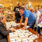 NLD/Rotterdam/20170825 - Boekpresentatie Eddy Ouwens, signeert