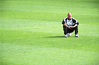 Landslagstrener Nils Johan Semb, Norge, sitter på ballen. Landslagstrening foran kampen mot Armenia. Herrelandslaget 2000. 31. august 2000. (Foto: Peter Tubaas/Fortuna Media)