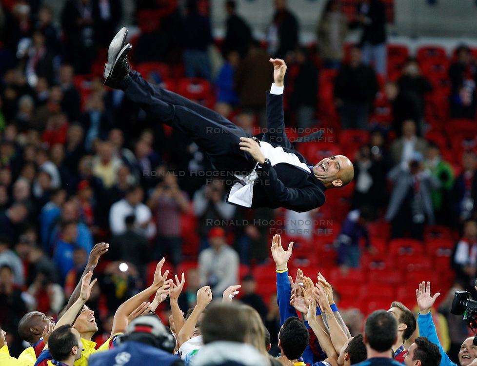 28-05-2011 VOETBAL: CHAMPIONS LEAGUE FINAL FC BARCELONA - MANCHESTER UNITED: LONDON<br /> Head coach Josep Guardiola is thrown into the air by his squad as he celebrates winning the European Cup<br /> ***NETHERLANDS ONLY***<br /> ©2011- FotoHoogendoorn.nl/EXPA/ InsideFoto/Paolo Nucci
