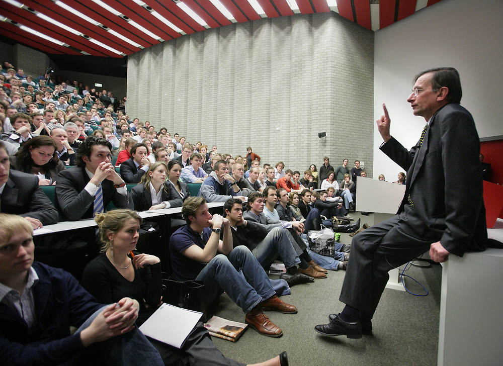 Jeroen van der Veer, CEO of  Royal Dutch Shell, giving a lecture to students of Economics and Business at the Rijksuniversiteit Groningen // Jeroen van der Veer, CEO van Royal Dutch Shell, geeft een lezing aan de Rijksuniversiteit Groningen.
