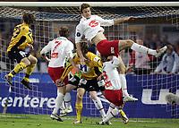 Fotball 29. oktober 2005, Tippeligaen , Start - Fredrikstad 2-1 , Dagfinn Enerly, Fredrisktad går her i bakken og måtte bæres ut på båre etterpå , Øyvind Hoås lander oppå ham