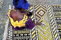 Mali, Djenné, Segou, Fabrication artisanale de Bogolan, Tapisserie en coton // Mali, Djenne, Segou, woman making Bogolan, coton carpet
