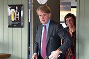 Koning Willem Alexander tijdens een werkbezoek aan Stichting Fietsmaatjes in Warmond. Deze stichting maakt het mogelijk dat mensen die door een beperking niet meer zelfstandig kunnen fietsen samen met een vrijwilliger fietstochten kunnen maken op een duofiets. Stichting Fietsmaatjes neemt deel aan het Oranje Fonds Groeiprogramma<br /> <br /> Op de foto: Dick Benschop