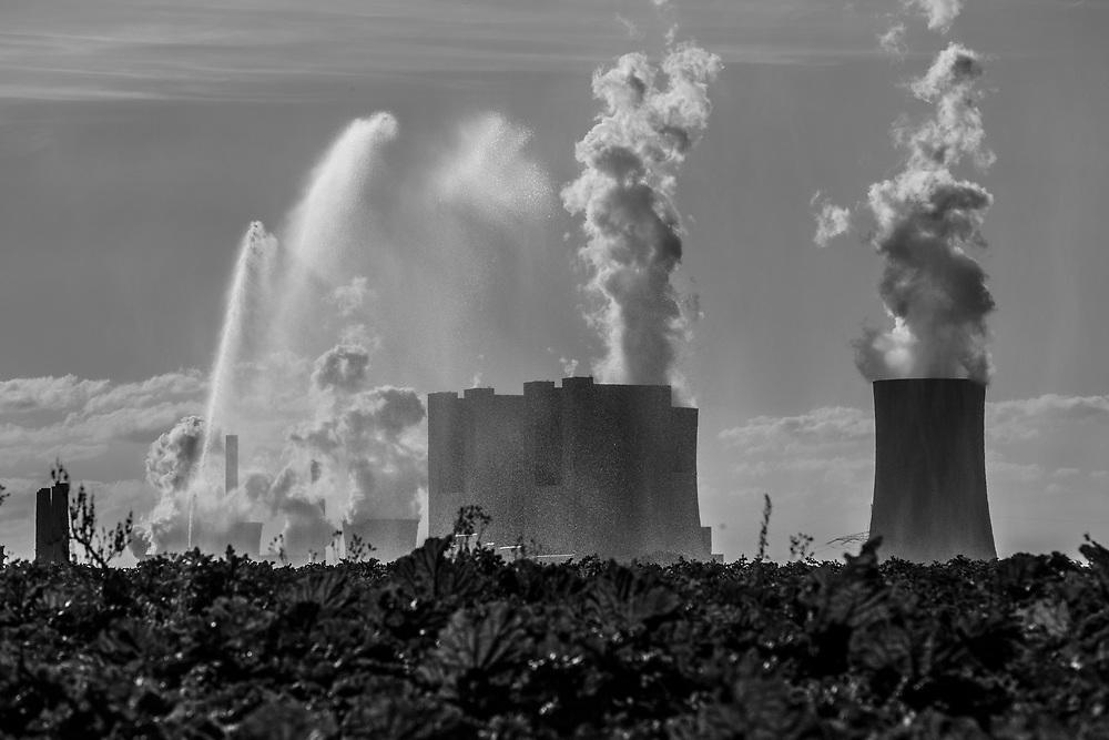 Grevenbroich, DEU, 31.07.2018<br /> <br /> Ein Zuckerruebenfeld wird bewaessert, im Hintergrund das Braunkohlekraftwerk Neurath.<br /> Das Braunkohlekraftwerk Neurath, ein von der RWE Power AG mit Braunkohle betriebenes Grundlastkraftwerk in Grevenbroich (Rhein-Kreis Neuss) im Rheinischen Braunkohlerevier, ist das zweitleistungsstaerkste Kraftwerk Europas.<br /> <br /> The lignite power plant Neurath, a lignite-fired base load power plant operated by RWE Power AG in Grevenbroich, Germany (Rhein-Kreis Neuss) in the Rhenish lignite mining district, is Europe's second-largest power plant.<br /> <br /> <br /> Foto: Bernd Lauter/berndlauter.com