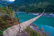 Lange Hängebrücke aus Palmholz überspannt den Siang Fluß, Arunachal Pradesh, Nordost Indien*Giant hanging bridge above the Siang river, Arunachal Pradesh, Northeast India