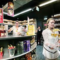 Nederland,Amsterdam , 10 juli 2009..De Dirck III Extra slijterij aan de Nieuwpoortstraat in Amsterdam West, onlangs geopend en de grootste slijterij van Nederland, nabij de Haarlemmerweg biedt onder meer inloopstellingen waar dozen staan voor de snellopende artikelen in het assortiment, een inloopcel waar duurdere witte wijnen en champagnes gekoeld worden gepresenteerd, een dozijn luxe wijnkasten en een apart proeflokaal. Daarbij is het assortiment spectaculair vergroot ten opzichte van het bestaande slijterijconcept. Naast een compleet aanbod van gedistilleerd, biedt Dirck III Extra keuze uit ruim 500 wijnen in prijs variërend van EUR 1,99 tot EUR 150,00 per fles. Ook in champagnes en bubbels, ruim 60 soorten, is de megaslijterij de grootste en goedkoopste aanbieder. De biggest and cheapest liquor store of the Netherlands, DIRK III, part of the Dirk van der Broek concern and Bas van der Heijden