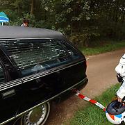 NLD/Huizen/20050906 - Verbrand lijk gevonden langs bospad Bussummerweg Huizen, lijkwagen, begrafenisondernemer