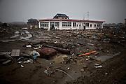 Ishinomaki  Shimodai  Crèche  - 11 mars 2012.Shimodai est un quartier en front de mer qui se trouve a louest dIshinomaki. Dans cette partie de la ville, il nexiste aucun relief et leau sest enfoncée profondément à lintérieur des terres. Le 11 mars 2012, sur le pont qui marque lentrée du quartier sont dressés des Koinuburi en mémoire des enfants disparus ce jour là.  Habituellement, les Koinoburi sont dressés début mai lorsquun garçon de la famille atteint les 5 ans. Plus loin se trouve une crèche et une école qui furent totalement submergées.