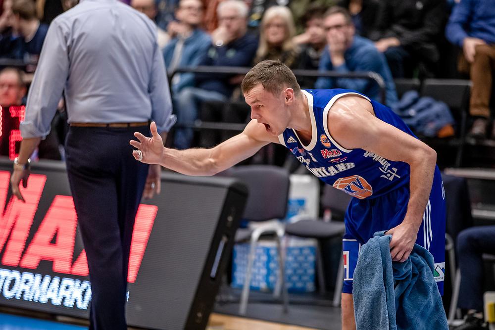 ÖSTERSUND 20200117<br /> Jämtlands Jaan Puidet hejar på laget under fredagens match i basketligan mellan Jämtland Basket och Borås Basket i Östersunds Sporthall.<br /> <br /> Foto: Per Danielsson/Projekt.P