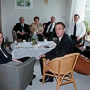 Acht predikanten bijeen voor een redactievergadering van het Gereformeerd Weekblad bij moeder Bout