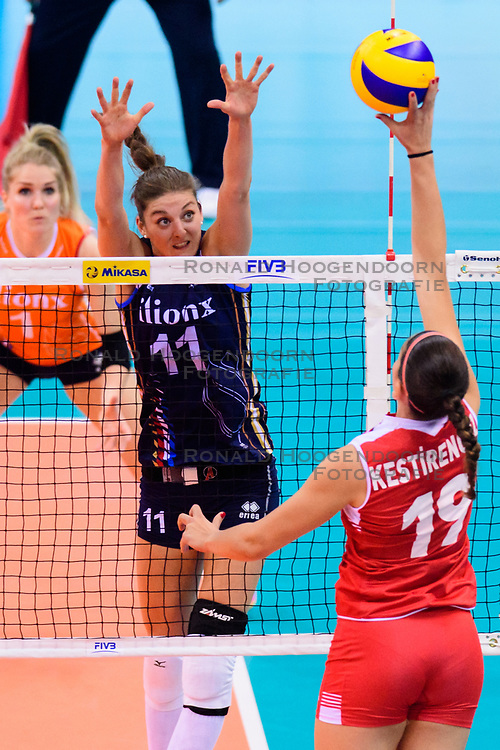 12.06.2018, Porsche Arena, Stuttgart<br /> Volleyball, Volleyball Nations League, Türkei / Tuerkei vs. Niederlande<br /> <br /> Block Anne Buijs (#11 NED) - Angriff Ceren Kestirengoz (#19 TUR)<br /> <br /> Foto: Conny Kurth / www.kurth-media.de