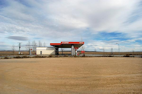 Spanje, Aragon, 11-2-2005..Een tankstation van de Spaanse oliemaatschappij Repsol in de schier eindeloze leegte van de vallei van de rivier de Ebro in de buurt van Teruel. De regio, streek is arm en leidt aan leegloop. vele boerderijen zijn verlaten en vervallen tot ruines. Landschap, vlakte, droogte, klimaat, rust, achtergesteld gebied. Landbouw, boeren, klimaatverandering. ..Foto: Flip Franssen