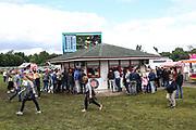 Pferdesport: 148. Deutsches Galopp Derby, Hamburg, 02.07.2014<br /> Zuschauer, Feature, Wetten, Wettannahme<br /> © Torsten Helmke