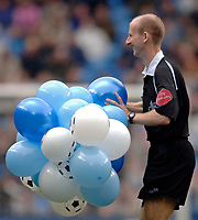 Photo: Glyn Thomas.<br />Manchester City v Middlesbrough. The Barclays Premiership. 02/04/2006.<br /> Referee Mike Riley carries some balloons off the pitch.