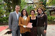 Perspresentatie  van de voorstelling 'Je Anne' op de Montessrischool Anne Frank, Amsterdam. Dit is de schhol waar Anne Frank in de jaren 30 onderwijs volgden.<br /> <br /> op de foto:<br /> <br />  De `Familie Frank ` gespeeld door v.l.n.r. Thom Hoffman , Abke Bruins , Sanne Bosman en Marloes van den Heuvel