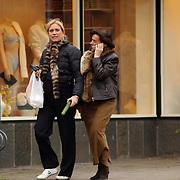 Gisela Otto, vriendin Fred Reuter winkelend in Blaricum