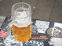 DEUTSCHLAND - NÜRNBERG - 'Love beer hate racism' Aufkleber neben einem Bierglas - 06. Januar 2017 © Raphael Hünerfauth - http://huenerfauth.ch