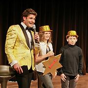 NLD/Hilversum/20110208 - Prins Willem Alexander aanwezig bij de Gouden Apenstaarten 2011, Kinderen van een basisschool rijken gouden ster uit