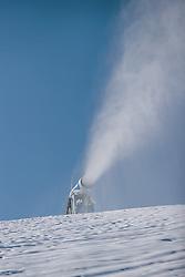 THEMENBILD - eine Schneekanone bei der Beschneiung der Skipiste am Maiskogel, aufgenommen am 26. November 2020 in Kaprun, Österreich // a snow making machine snowing the ski slope on the Maiskogel, Kaprun, Austria on 2020/11/26. EXPA Pictures © 2020, PhotoCredit: EXPA/ JFK
