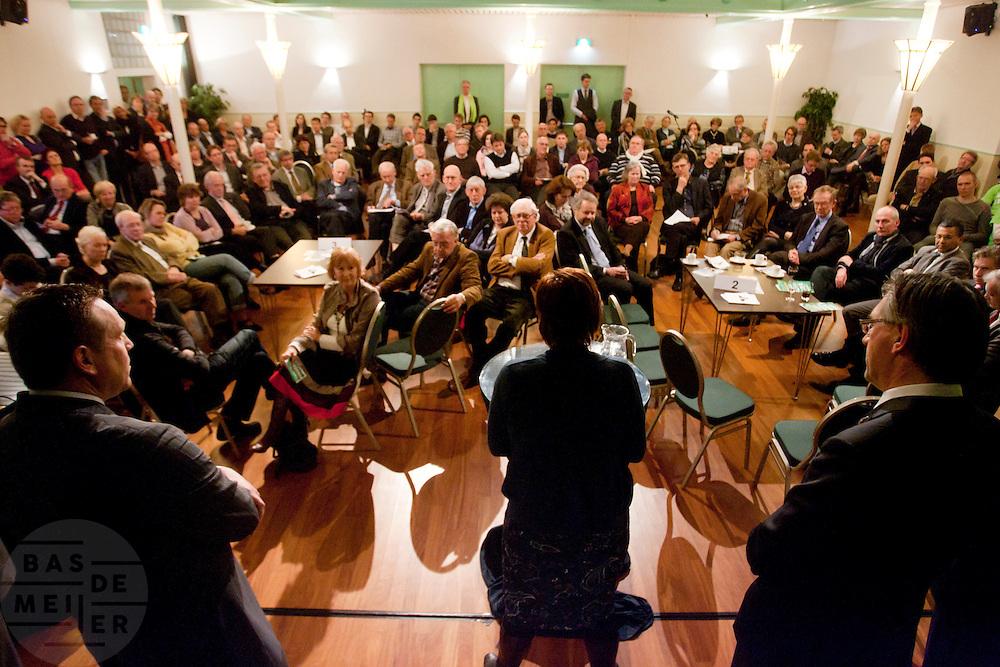 Ruth Peetoom spreekt geflankeerd door Ton Roerig (links) en Ronald Zoutendijk CDA leden toe. In Den Haag kunnen leden van het CDA kennismaken met de zes kandidaten voor het partijvoorzitterschap. Na een pitch, volgt een speeddate.