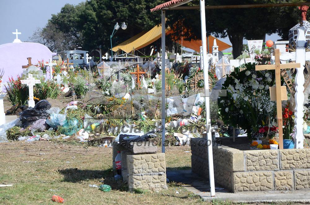 Toluca, México (Noviembre 03, 2016).- En los diferentes panteones del territorio mexiquense, quedaron toneladas de basura que será recogida por personal de limpieza de los municipios, después de realizarse el festejo por el Día de Muertos.  Agencia MVT / José Hernández.