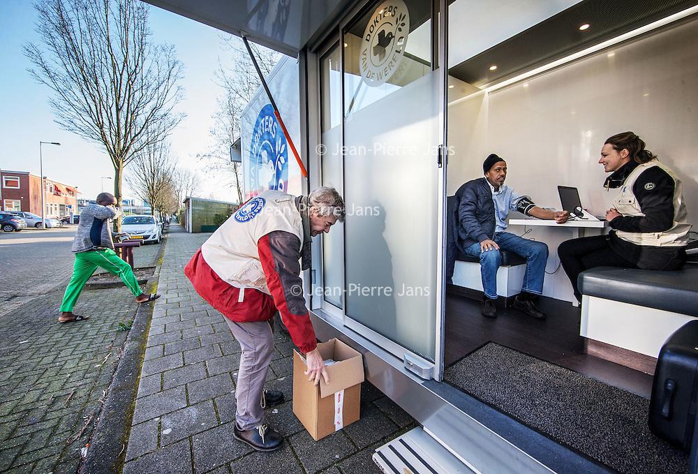 """Nederland, Amsterdam, 17 februari 2016.<br /> De zogenaamde  Zorgbus, een initiatief van Dokters van de Wereld verleent medische checkups aan uitgeproduceerde asielzoekers de """"ongedocumenteerden"""" zoals hier in de Willem Fenegastraat.<br /> De bus rijdt sinds enkele weken rond.<br /> <br /> <br /> <br /> Foto: Jean-Pierre Jans"""